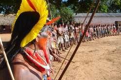 Danse kayapo lors d'une manifestation contre un projet de barrage, 2006. © Terence Turner/Survival