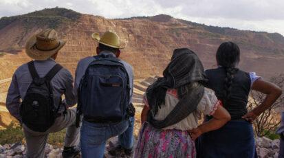Des membres de la communauté regardent la mine à ciel ouvert Los Filos à Guerrero, au Mexique